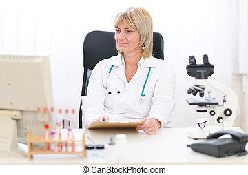 年長者, 女性 醫生, 工作在, 辦公室