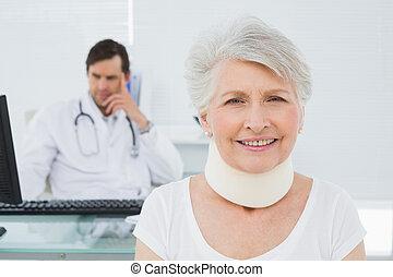年長者, 病人, 在, 外科, 衣領, 由于, 醫生, 在, 辦公室