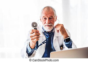 年長者, 醫生, 由于, 膝上型, 在辦公室, desk.