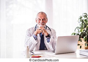 年長者, 醫生, 由于, 膝上型, 坐, 在辦公室, desk.