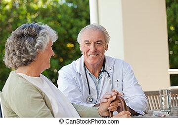 年長者, 醫生, 談話, 由于, 他的, 成熟, 病人