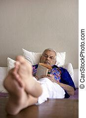年長者, 閱讀一本書, 在 床