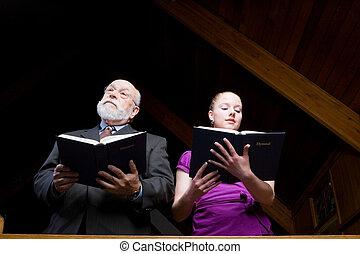年長 人, そして, 若い女性, stanging, 歌うこと, そして, 保有物, 賛美歌集, 中に, church.