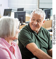 年長 人, に話すこと, 同級生, 中に, コンピュータクラス