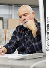 年長 人, 仕事, 机, 瞑想的である