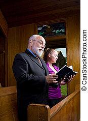 年長 人, 若い女性, 教会, 歌うこと, 賛美歌集