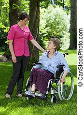 年長 婦女, 在, a, 輪椅, 由于, a, 護士