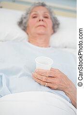 年長, 病人, 藏品, a, 塑料, 玻璃, 在, 她, 手