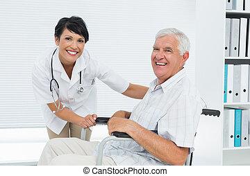 年长者, 女性的医生, 轮椅, 患者