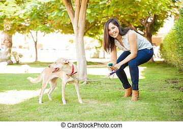 幸せな女性, 犬, 彼女, 遊び