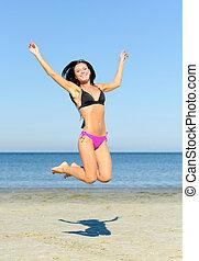幸せな女性, 跳躍, ビーチにおいて