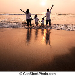 幸せな家族, 手を持つ, 上に, 浜, そして, 日没を見ること