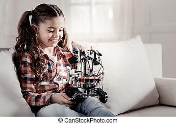 幸せな微笑すること, 女の子, 保有物, ロボット