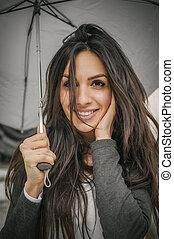幸せな微笑すること, 女, 下に, 傘, 中に, 雨