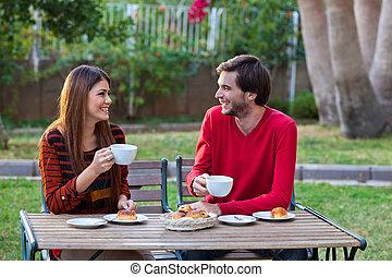 幸せな微笑すること, 恋人, 昼食を食べる