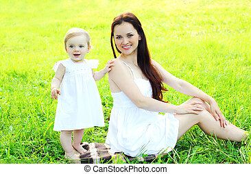 幸せな微笑すること, 母 と 子供, 芝生に, 中に, 日当たりが良い, 夏の日