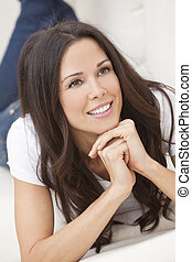 幸せな微笑すること, 美しい女性, ソファーに置くこと