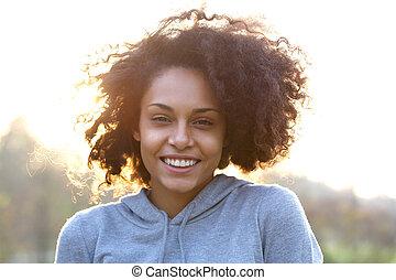 幸せな微笑すること, 若い女性, ∥で∥, 巻き毛の髪