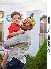 幸せ, お父さんを抱いている息子