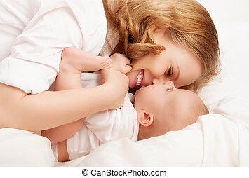 幸せ, くすぐり, family., ベッド, 笑い, 母, 赤ん坊, プレーしなさい, 接吻