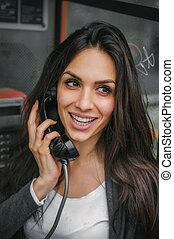 幸せ, そして, 微笑の 女性, 話し, 中に, ∥, レトロ, 電話ボックス