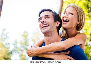 幸せ, へ, ありなさい, 一緒に。, 低い 角度 眺め, の, 幸せ, 若い, 愛情のある カップル, 地位, 屋外で, 一緒に, 間, 女, 抱き合う, 彼女, ボーイフレンド, から, 背中, そして, 微笑
