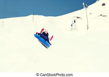 幸せ, ティーンエージャーの少女, 滑り落ちる, 上に, 雪, チューブ