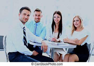幸せ, ビジネス男, ∥で∥, 同僚, ∥において∥, a, 会議, 中に, ∥, バックグラウンド。