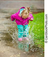 幸せ, 女の子, プレーする, 中に, a, 水たまり