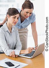 幸せ, 女性実業家, 一緒に働く, ∥で∥, ラップトップ