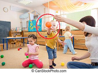 幸せ, 子供たちが遊ぶ, ∥で∥, ボール, そして, リング, 中に, 幼稚園