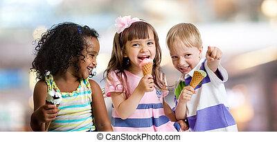 幸せ, 子供たちが食べる, アイスクリーム, パーティーで, 中に, カフェ