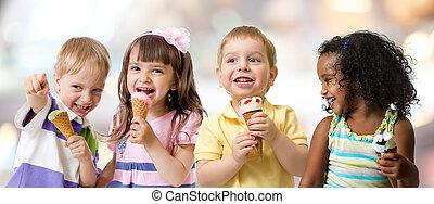 幸せ, 子供, グループ, 食べること, アイスクリーム, パーティーで, 中に, カフェ