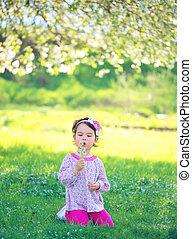 幸せ, 子供, 吹く, タンポポ, 屋外で, 中に, 春, 公園