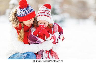 幸せ, 子供, 家族, 飲むこと, 母, 冬, お茶, 歩きなさい