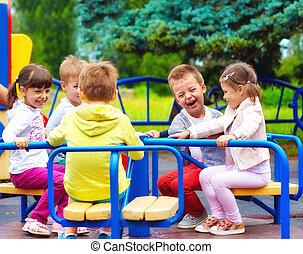 幸せ, 子供, 楽しい時を 過すこと, 上に, roundabout, ∥において∥, 運動場