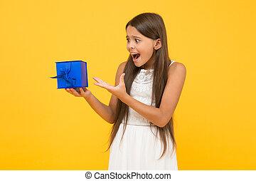 幸せ, 子供, childhood., 把握, 買い物, バックグラウンド。, 驚かされる, 美しさ, box., ボクシング, それ, 長い間, sales., 小さい, birthday., 女の子, awaited, 贈り物, 黄色, small., day., 驚き, 休日, わずかしか, プレゼント
