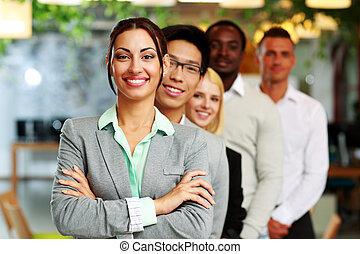 幸せ, 実業家のグループ, 中に, オフィス, 並ばれる