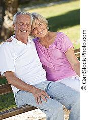 幸せ, 年長のカップルの微笑, 外, 中に, 日光