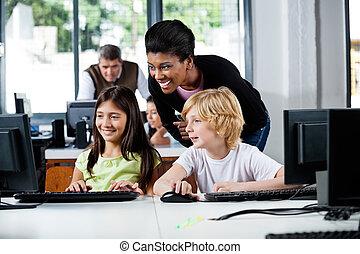 幸せ, 教師, 援助, 学童, 中に, コンピュータを使って