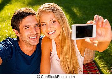 幸せ, 明るい, モデル, 恋人, 公園, 若い, 一緒に, 間, つかまえること, moment., 作成, 微笑, 草, selfie, 情事