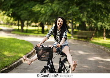 幸せ, 若い女性, サイクリング, によって, ∥, 公園