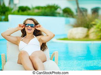 幸せ, 若い女性, 中に, 水着, 弛緩, 上に, chaise-lounge