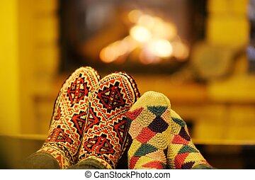 幸せ, 若い, ロマンチックな カップル, ソファーの上に座る, の前, 暖炉, ∥において∥, 冬, 季節, 中に,...