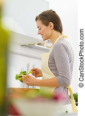 幸せ, 若い, 主婦, 混合, サラダ, 中に, 現代, 台所
