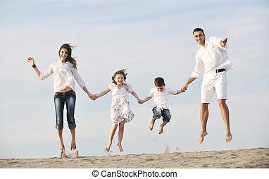 幸せ, 若い 家族, 楽しい時を 過しなさい, 上に, 浜