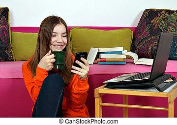 幸せ, smartphone, ティーンエージャーの, 家, ラップトップ, 女の子