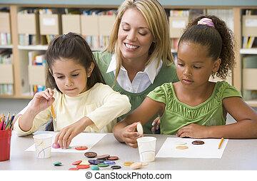 幼儿園, 老師, 坐, 由于, 學生, 在, 藝術課,
