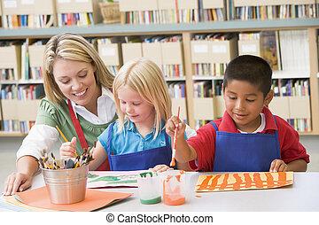 幼儿園, 老師, 坐, 由于, 學生, 在, 藝術課