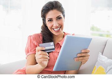 店, ブルネット, タブレット, 彼女, モデル, ソファー, かなり, オンラインで, 使うこと